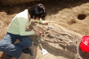 DR_Lin_excavating_Burial